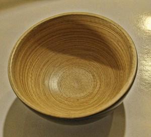 Les fines tiges de bambou montées en spirale du bol TIT